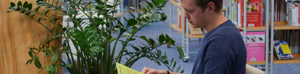 Erwachsener Leser in der Stadtbibliothek / Foto Elke Sewöster / Stadtbibliothek