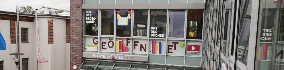 Stadtbibliothek Aussensicht mit Geöffnet-Fahnen; Foto: Elke Sewöster